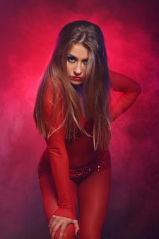 Sexy tänzerin in rot