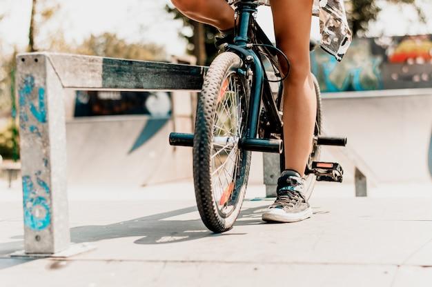 Sexy weibliche beine und fahrrad auf der straße