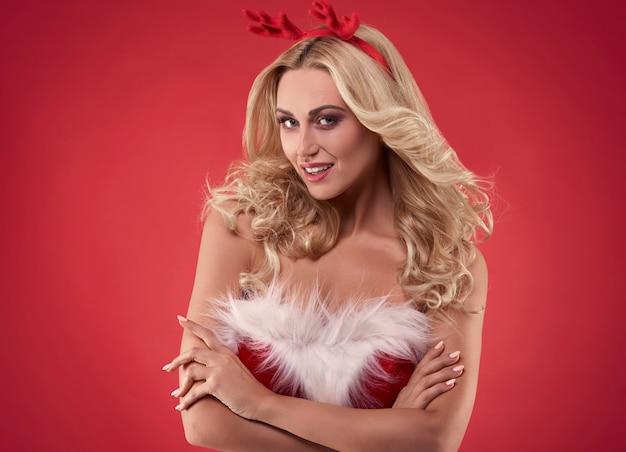 Sexy weiblicher weihnachtsmann auf rotem hintergrund