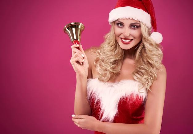 Sexy weihnachtsmannfrau mit glocke