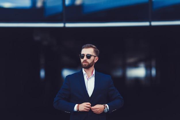 Sexy wunderschöne stilvolle mann