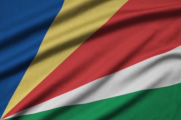 Seychellen-flagge mit vielen falten.
