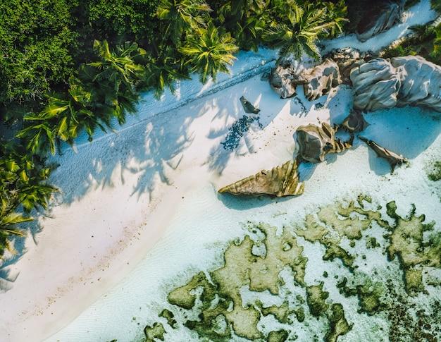 Seychellen, la digue. luftaufnahme des tropischen strandes des schönen paradieses anse source d argent. sommerferien- und reisekonzept.