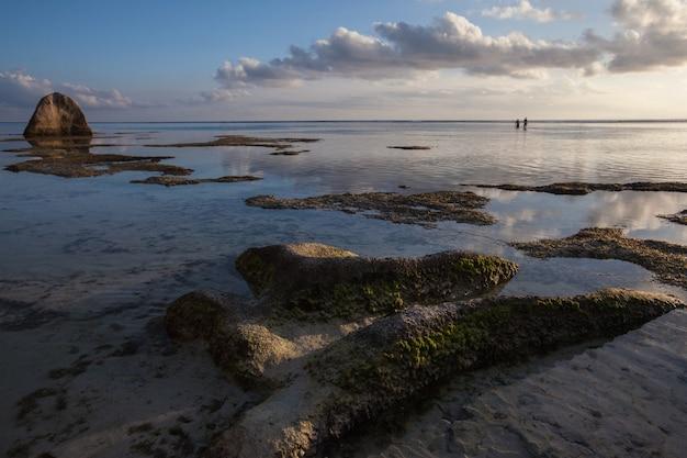 Seychellen quelle d'argent strand ebbe sonnenuntergang blick auf den indischen ozean