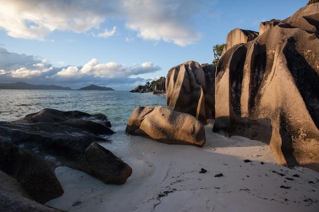 Seychellen source d'argent strand nach sturm sonnenuntergang blick auf den indischen ozean