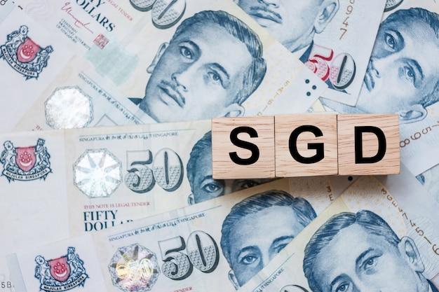 Sgd hölzerner würfel auf fünfzig singapur-dollar banknote