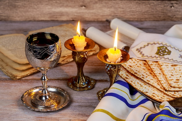 Shabbat shalom - traditioneller jüdischer sabbat ritual matzah wein.