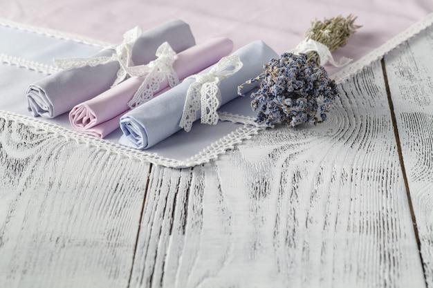 Shabby chic hintergrund mit servietten und lavendel
