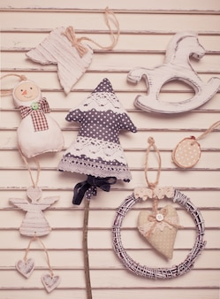 Shabby christmas spielzeug in den farben weiß und schwarz