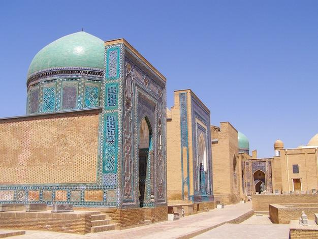 Shah-i-zinda, alte nekropole. menschen in den straßen der mittelalterlichen nekropole