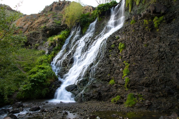 Shaki wasserfall und grüner wald in armenien