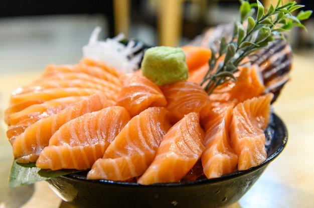 Shalmon sashimi in der schale