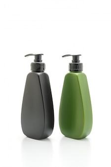 Shampoo- oder haarkonditioniererflasche auf weiß