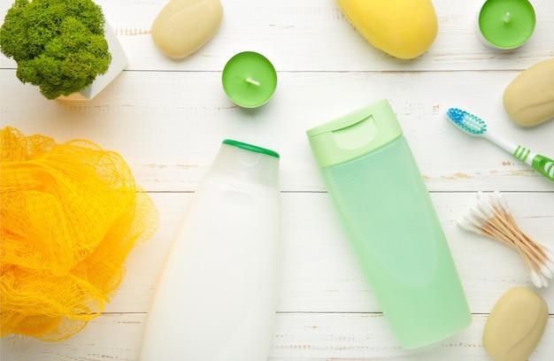 Shampoo, seife, aromakerzen und andere toilettenartikel. frühlingskomposition auf lichtwand