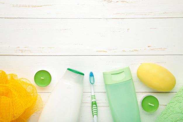 Shampoo, seife, aromakerzen und andere toilettenartikel. frühlingskomposition mit kopierraum