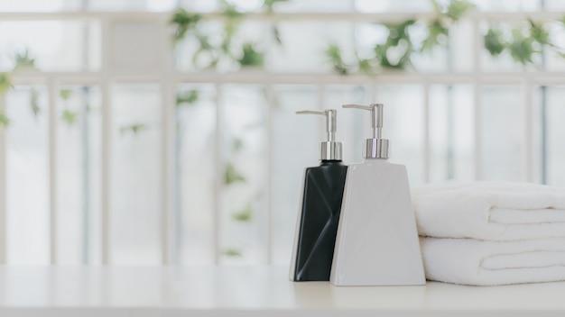 Shampoo- und duschcremeflaschen mit handtüchern