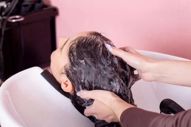 Shampoo waschen von weiblichen brünetten haaren