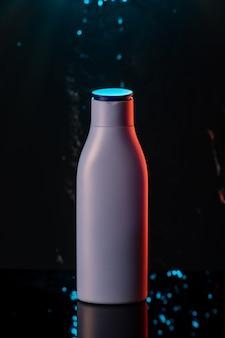 Shampooflasche lokalisiert auf dem schwarzen hintergrund