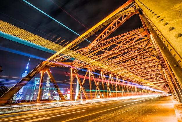 Shanghai äußere weiße übergangsbrücke, fahrzeugbahn, nachtszene