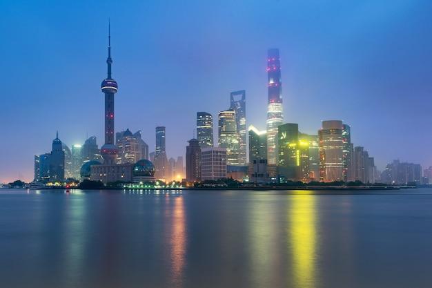 Shanghai am lujiazui-finanz- und geschäftsgebiethandelszonenwolkenkratzer am morgen, shanghai china