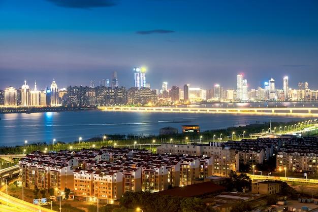 Shanghai-austauschüberführung und hochstraße im einbruch der nacht