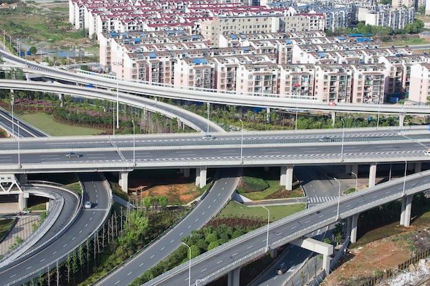Shanghai-hochstraßenkreuzung und austauschüberführung nachts