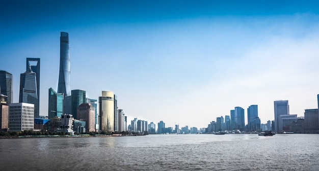 Shanghai skyline in sonnigen tag, china