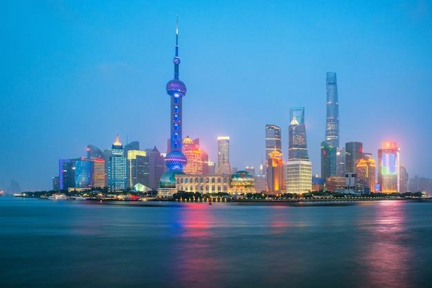 Shanghai-skyline in zentralem geschäftsgebiet lujiazui pudong nahe dem huangpu-fluss in shanghai, china.