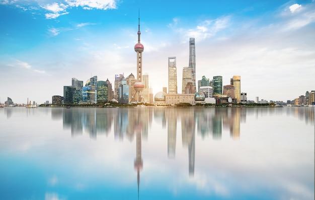Shanghai skyline mit historischer waibaidu-brücke, china