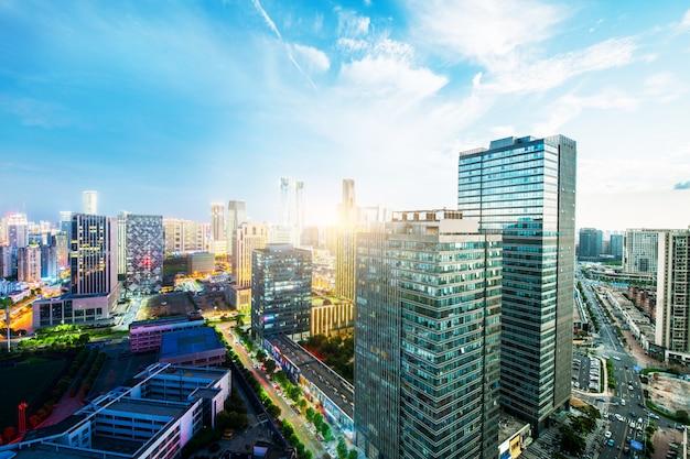 Shanghai skyline und stadtbild bei sonnenuntergang