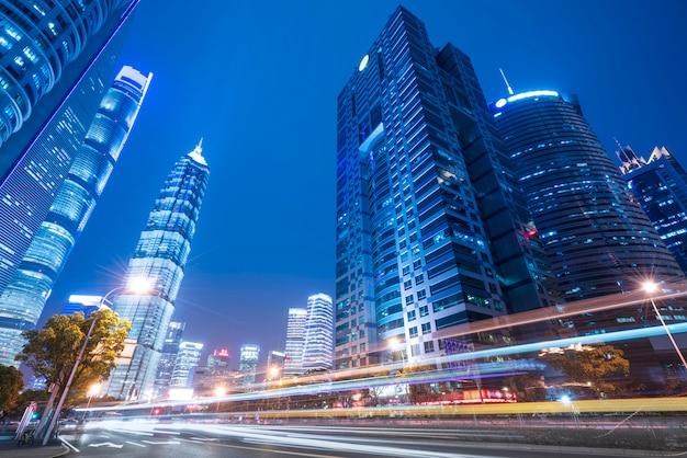 Shanghai-stadtgebäude nachts und unscharfe autolichter