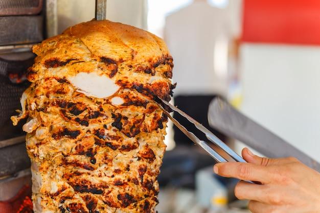Shawarma fleisch wird geschnitten