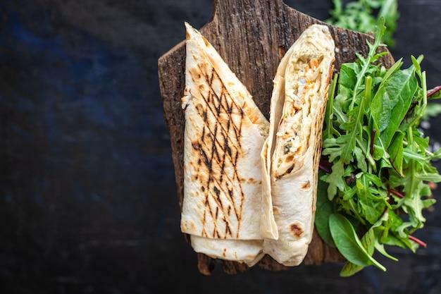 Shawarma sandwich roll oder burrito fleisch gemüse döner kebab sauce tacos wöchentliche mahlzeit