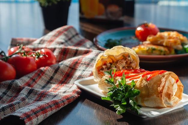 Shawarma und sauce am buffet
