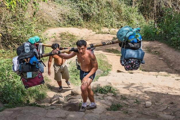 Sherpas tragen eine menge touristengepäck.