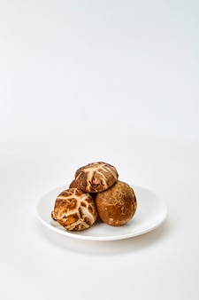Shiitake-pilz auf dem weißen hintergrund
