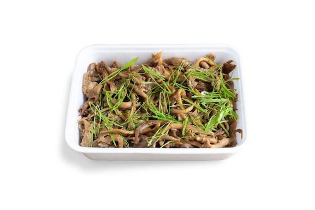 Shimeji-pilz in einem weißen behälter serviert. japanisches essen. weißer hintergrund.