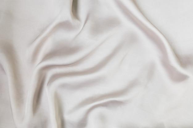 Shine silberfarbener satin gefaltet und fließender hintergrund dekoration design soft focus luxusmode...