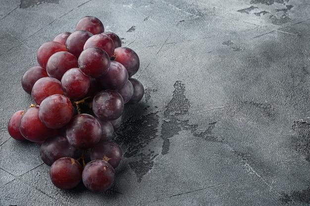 Shine traubenfruchtset, dunkelrote früchte, auf grauem steintisch