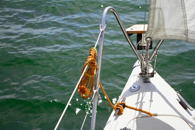 Shine yacht tackle während der reise über meereswellen, segelkonzept.