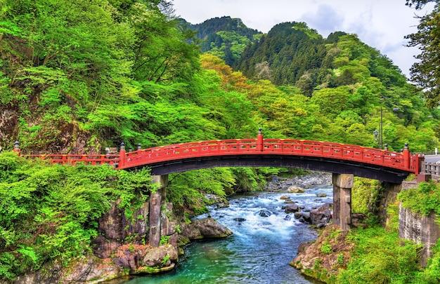 Shinkyo, heilige brücke, der hauptweg zum futarasan-schrein in nikko, japan