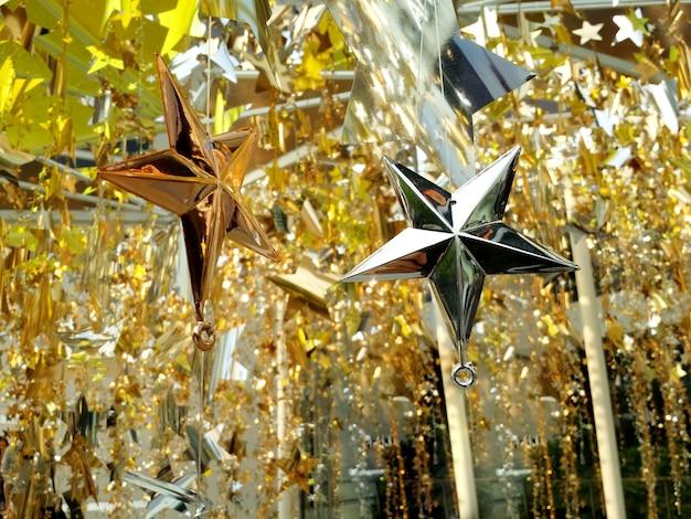 Shinny moderner stildekorationsstern für festliche weihnachts- und außenaufnahme der weihnachtsfeier.