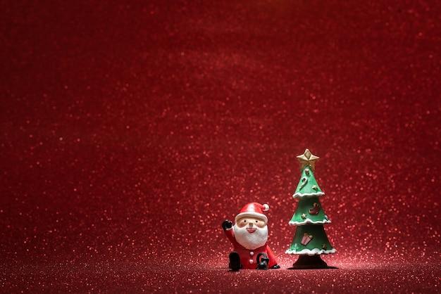Shiny hintergrund mit weihnachtsmann und ein weihnachtsbaum