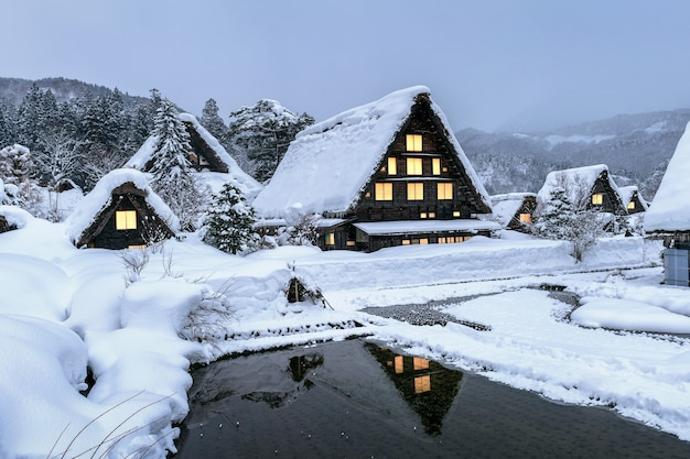 Shirakawago-dorf im winter, japan.