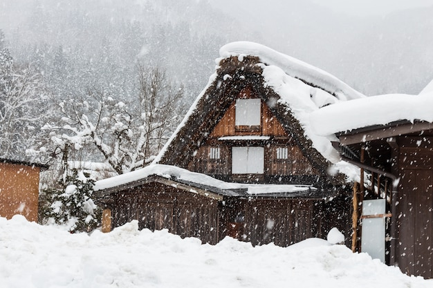 Shirakawago-dorf mit schneefall in der wintersaison