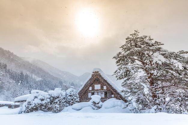 Shirakawago mit sonne schnee