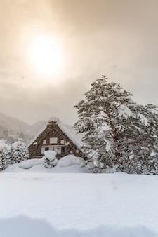 Shirakawago mit sun snow