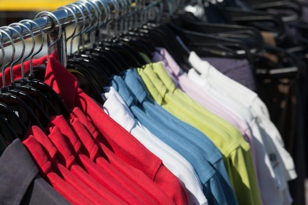 Shirts auf kleiderbügel