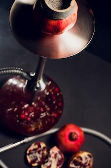 Shisha heiße kohlen auf shisha schüssel mit schwarzem hintergrund. stilvolle orientalische shisha. granat