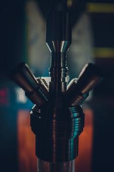 Shisha heiße kohlen auf shisha schüssel mit schwarzem hintergrund